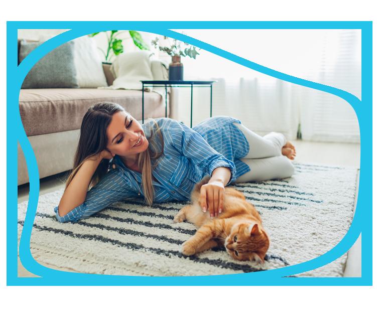 Kobieta z kotem na dywanie