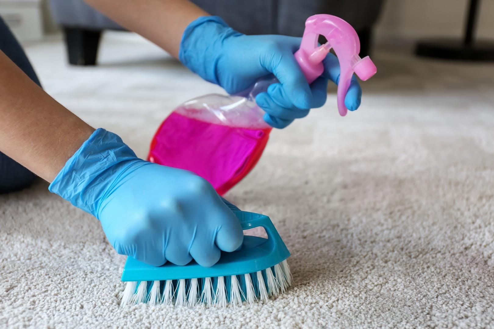 Sposób na wyjątkowo trudne do usunięcia plamy.,Czyszczenie Dywanów za pomocą sody.,Usuwanie atramentu z dywanu,jeśli zawodzą domowe sposoby czyszczenia dywanu?,Domowe Sposoby Na Plamy na Dywanie